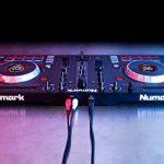 """Numark Mixtrack Platinum - Contrôleur DJ 4 voies, LCD, Jog Wheels Tactiles en Métal 5"""", Barre Tactile Multifunction, Interface Audio 24-bit, Plus Serato DJ Intro et Remix ToolKit de Prime Loops Inclus de la marque Numark image 4 produit"""
